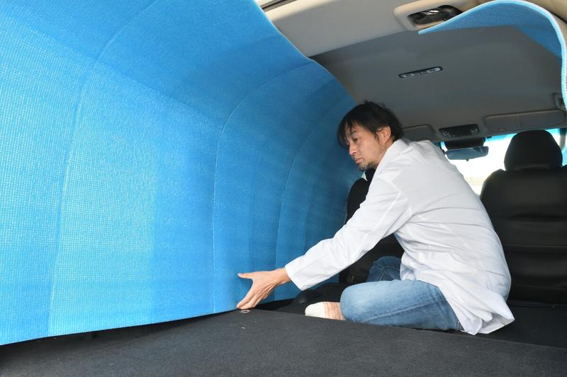 車中泊仕様にフラットにしたヴェゼルの荷室を銀マットを使って目隠しシェードを作っている写真
