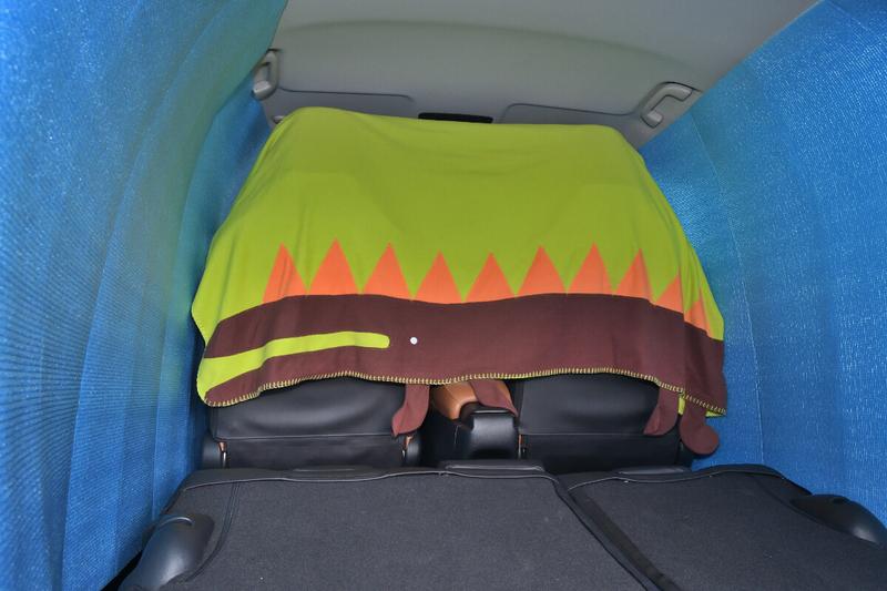 ヴェゼルの運転席と助手席のヘッドレストにブランケットをかけて車中泊仕様のヴェゼルの車内を目隠ししている写真