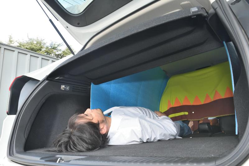 ヴェゼルの車内でトノカバーの下に男性が寝ている写真