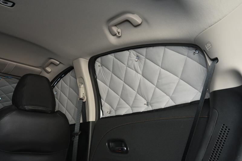ヴェゼルに車中泊仕様のための目隠しシェードであるアイズのマルチシェードを付けた写真(リアのサイドウインドウ)