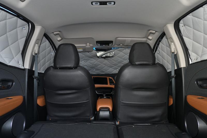 ヴェゼルに車中泊仕様のための目隠しシェードであるアイズのマルチシェードを付けた写真(フロント部)