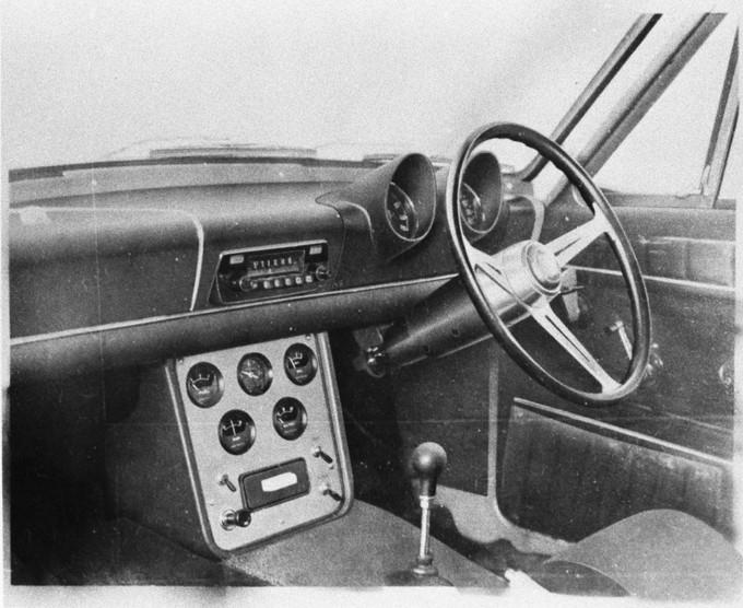 『国産車初GT』のインパネ周り。大小7つのメーターが、スポーティモデルの証。