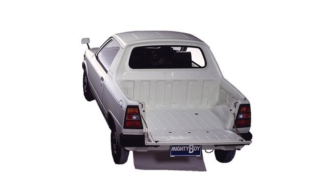 『一般的な軽トラックとは違って、後部荷台のアオリ(荷台の周囲を囲む部分)は後部の1枚のみ。
