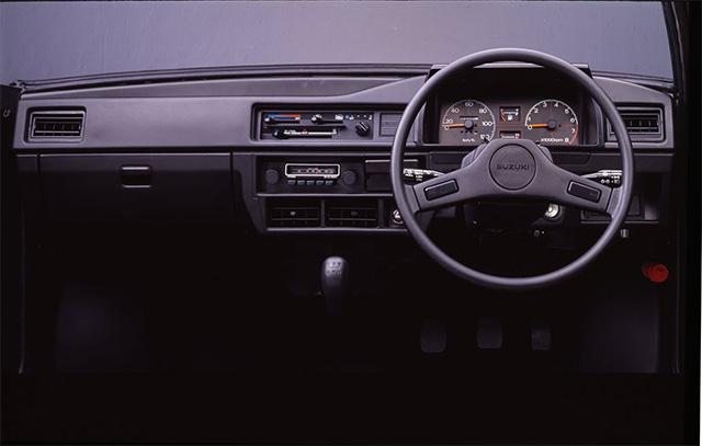 インパネは直線的かつシンプル。正面だけを見ている限り、軽トラックの雰囲気はない。