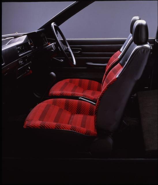 「金はないけど目立ちたい」というコピーを体現した、赤い布地に黒いストライプのシート。