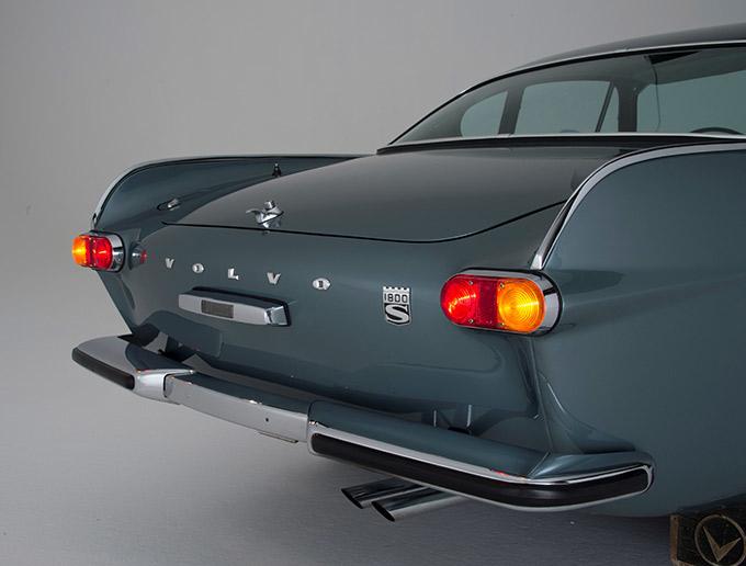 テールに左右に立つフィンは、当時の流行に乗ったもの。ただし、アメリカ車のそれと比べると、シンプルかつ控えめなデザインとなっている。