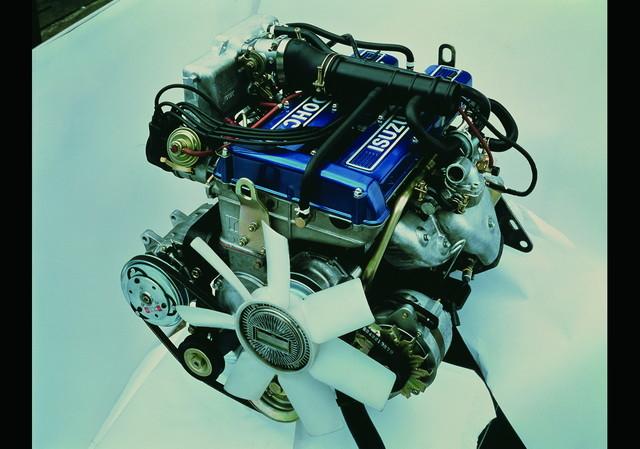ZZシリーズに搭載されたG180W型エンジンは、青いヘッドカバーが特徴。「DOHC」の文字が、誇らしげに白く塗られている。