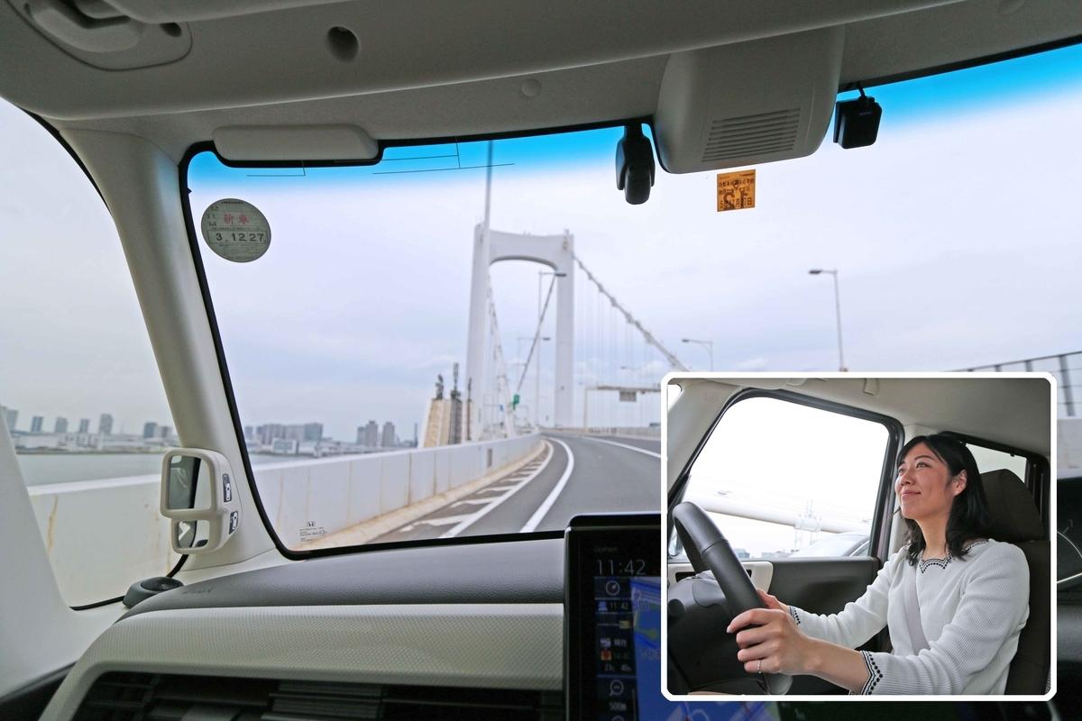 首都高のレインボーブリッジを通過していく車内と気分るんるんのなぎささんを映した写真