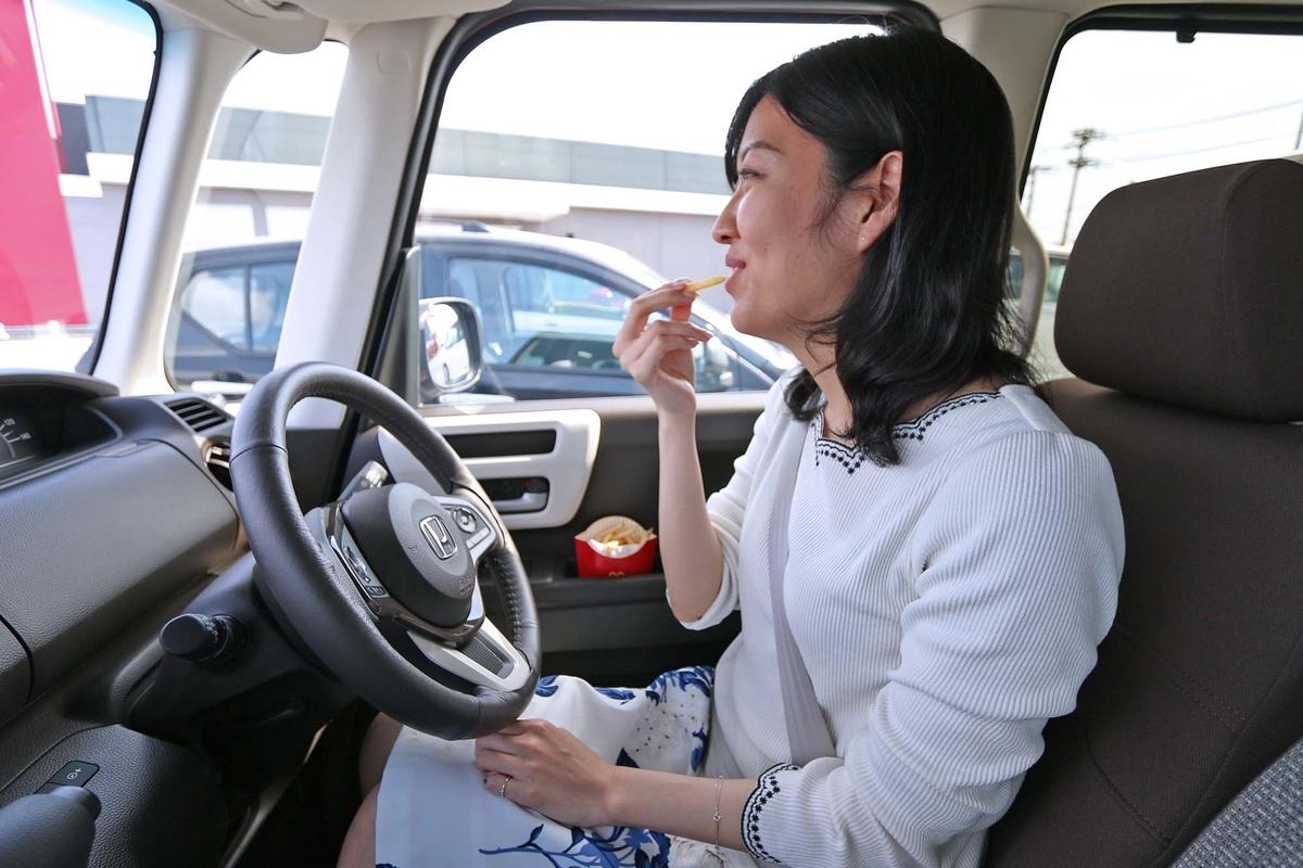 ポテトを車内で食べている写真