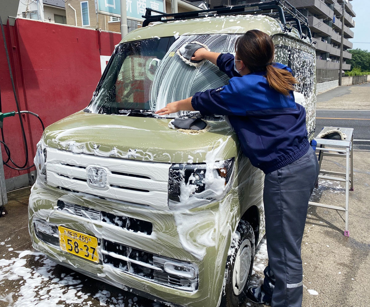 N-VANが手洗いで泡洗車されている写真
