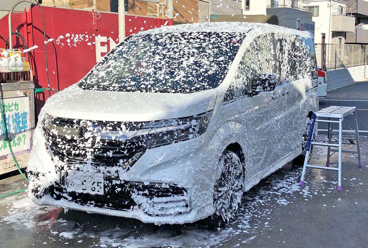 ステップワゴンModuloXが泡洗車されている写真
