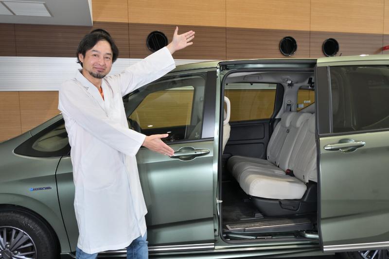 Car寝る博士がフリードプラスの横に立ち、中を示している写真