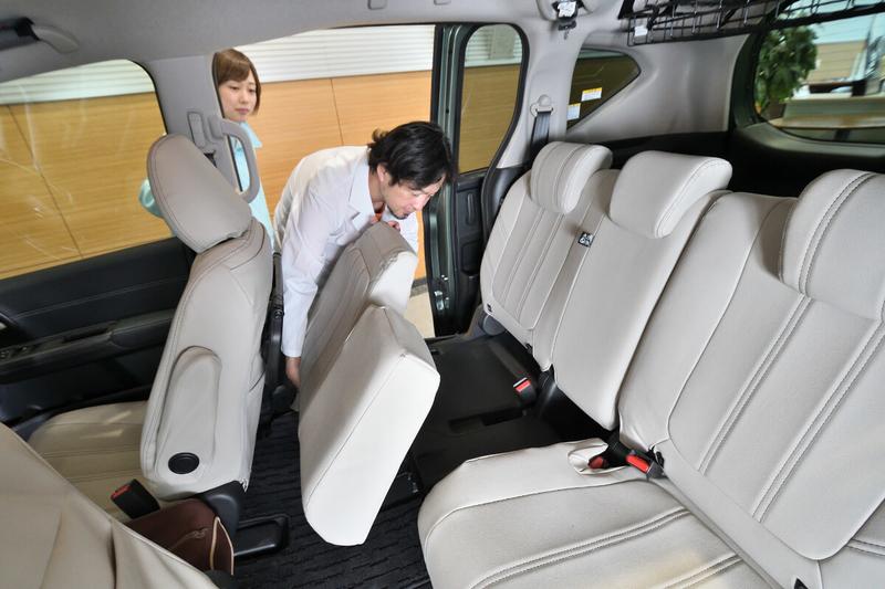 Car寝る博士(カーネル博士)が、フリードプラスの2列目シートをフラットにしている写真
