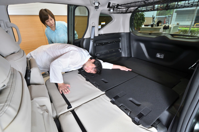 Car寝る博士(カーネル博士)が、フリードプラスの2列目シートをフラットにしてそこにごろっと寝ているる写真