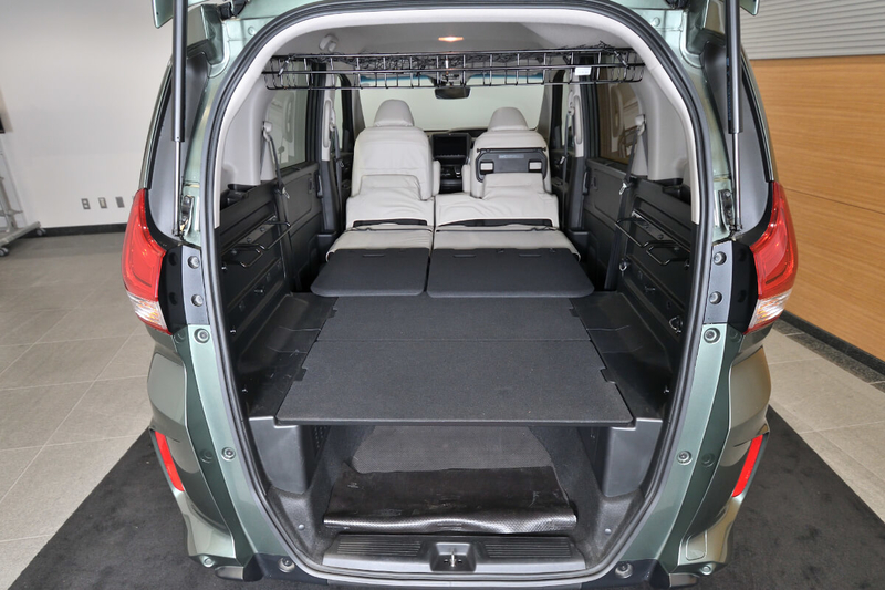 フリードプラスの2列目シートを倒して、車内荷室をフラットにした状態の写真