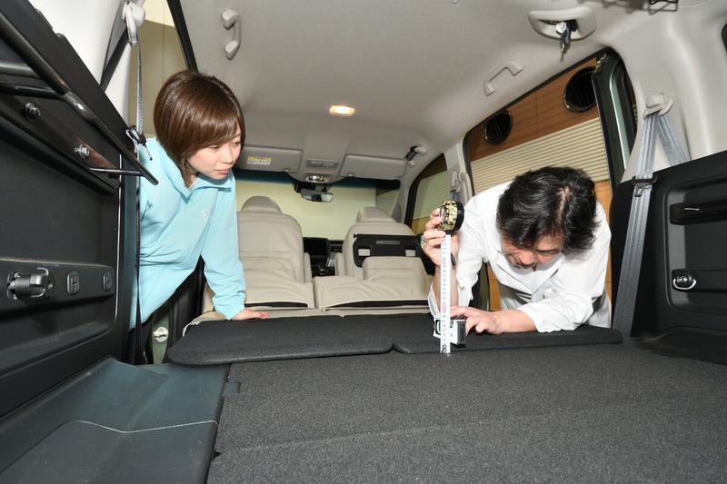 フリードプラスの2列目シートを倒してフラットにしたときの車内荷室にできる段差を測っている写真