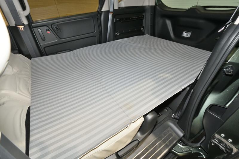 フリードプラスの2列目シートを倒してフラットにした車内荷室に純正アクセサリーのラゲッジクッションマットを敷いた写真