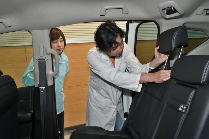 フリード(ベンチシート)の2列目シートのヘッドレストを取っている写真