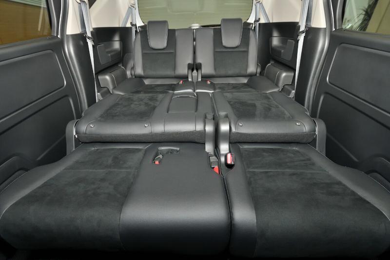 フリード(ベンチシート)の2列目シートを倒しフラットにした車内荷室を運転席側から見た写真