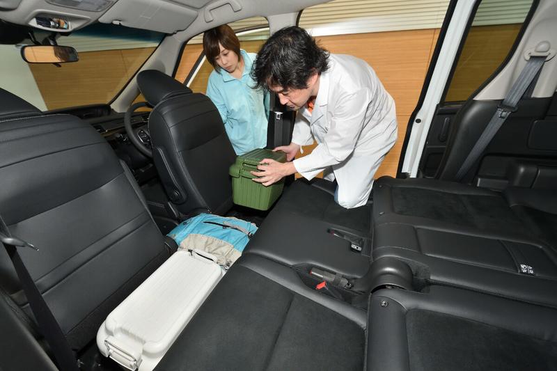フリードの2列目と最前列(運転席・助手席)の間にできた隙間をCar寝る博士が埋めている写真