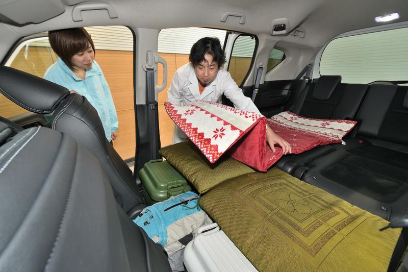 フリードの2列目を倒しフラットにした荷室車内にマットを敷いている写真