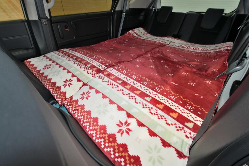 フリード(ベンチシートタイプ)の荷室・車内をフラットにした状態の写真