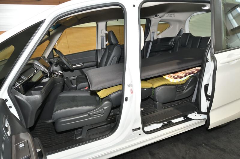 フリード3列シート車(キャプテンシートタイプ)の1人向け車中泊の違うシートアレンジ
