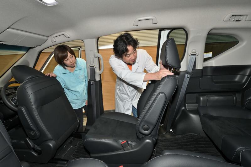フリード(キャプテンシートタイプ)の2列目シートのヘッドレストを取っている写真