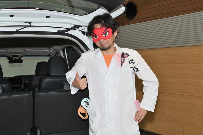 car寝る博士(カーネル博士)がアイマスクをしている写真