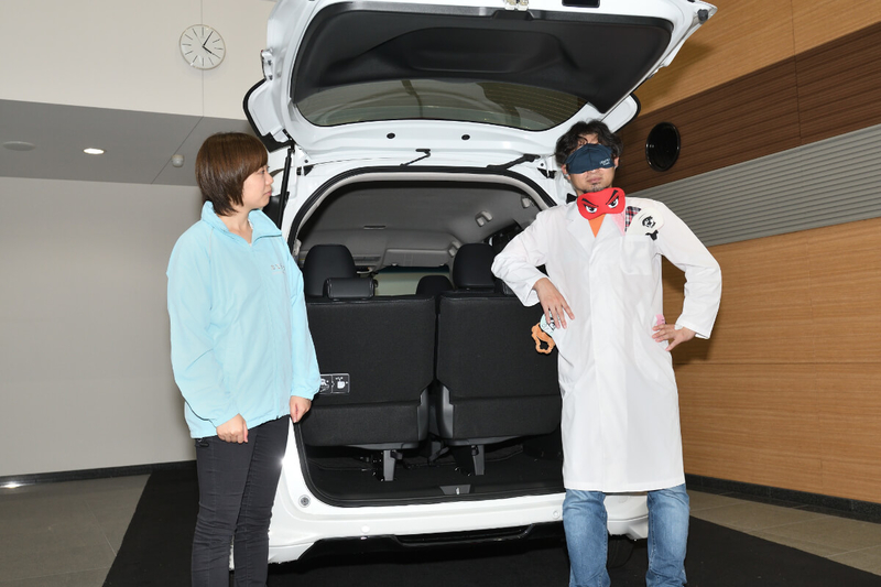 フリードのリアゲートのところでアイマスクをしたカーネル博士と猪瀬さんが立っている写真