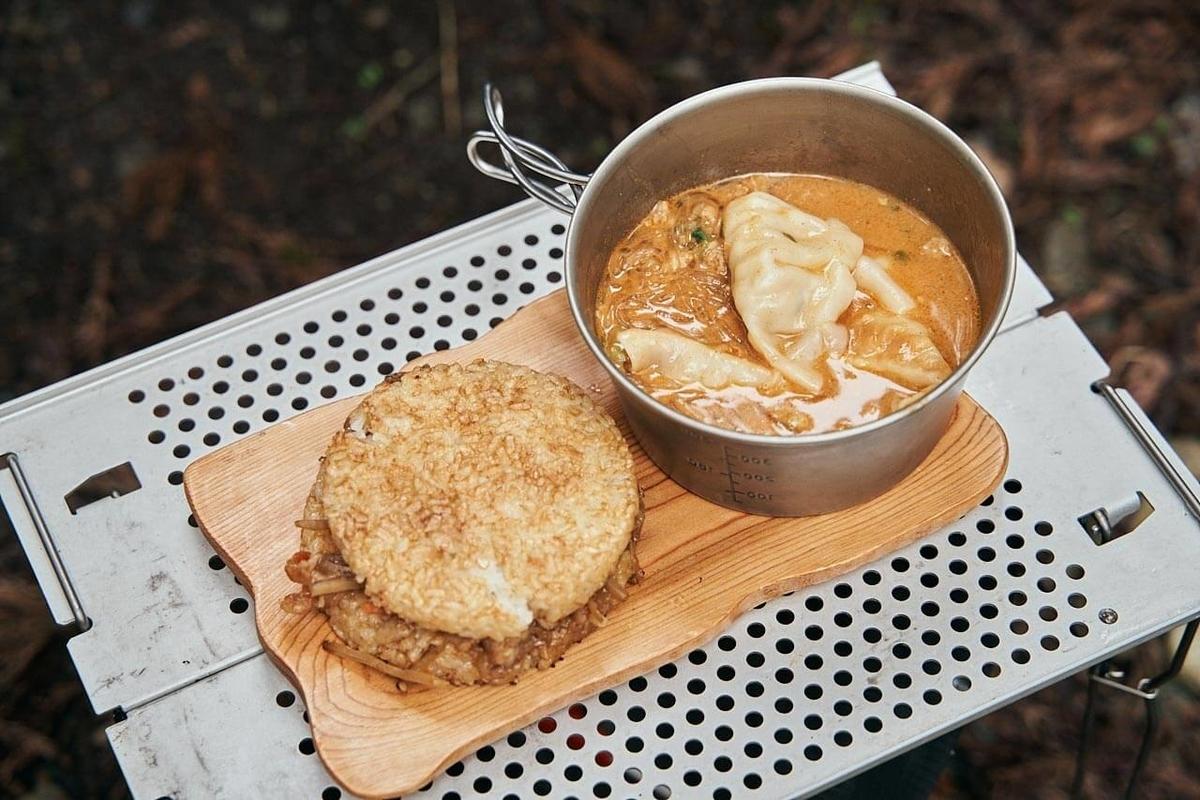 完成したカニ玉スープとねぎ塩チキン焼きそば