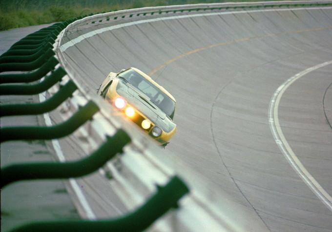 トヨタ2000GTが走っている写真