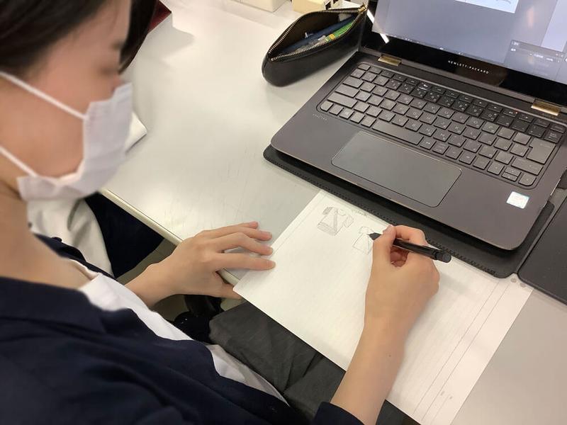 専門学校HALの学生さんがシートベルトが似合うTシャツをデザインしている写真