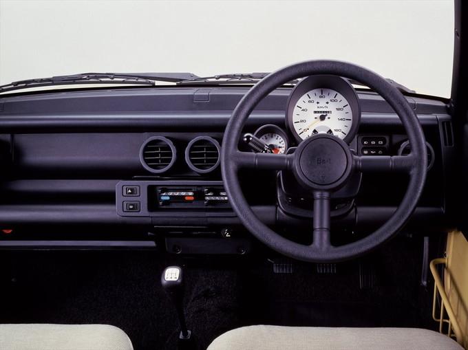 ドライバーの正面に大きな速度計があり、その左下にタコメーターがレイアウトされる。