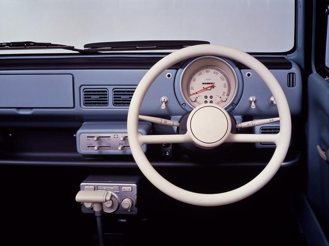 インパネに目を向けると、ボディ同色のダッシュボードやハンドルの奥にあるトグルスイッチがレトロ感を強調している。