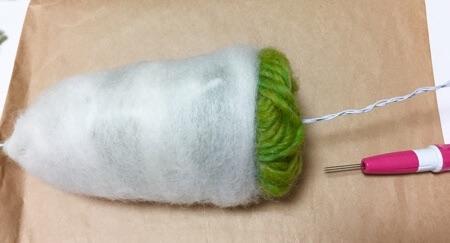 毛糸に羊毛を巻く