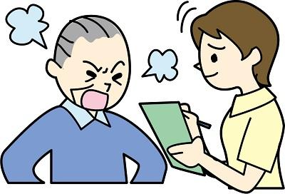 クレームを言う高齢男性と話を聞くスタッフ