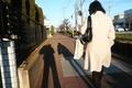西日の風景(白いコートの女性)