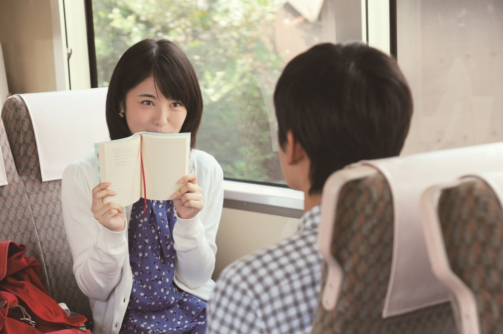 現役女子高生女優・浜辺美波が男性と食べたいのは「アツアツのから揚げ」だった【女優メシ】