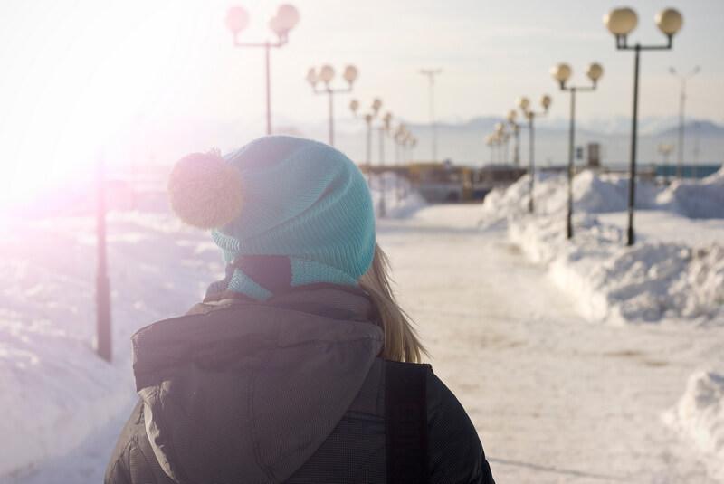 冬の外を歩く女性