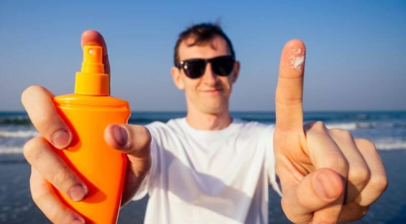日焼け対策する男性