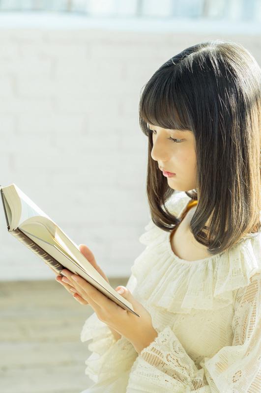 本を読む小坂菜緒