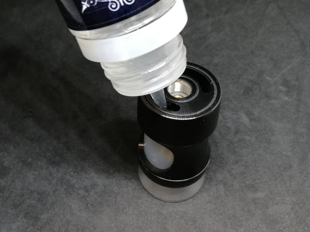 上部の開口部にボトル先端を挿入してリキッドチャージ