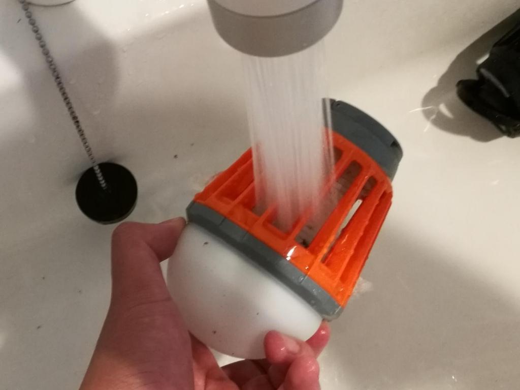 ENKEEO LEDランタンを水道で洗い流しているところ