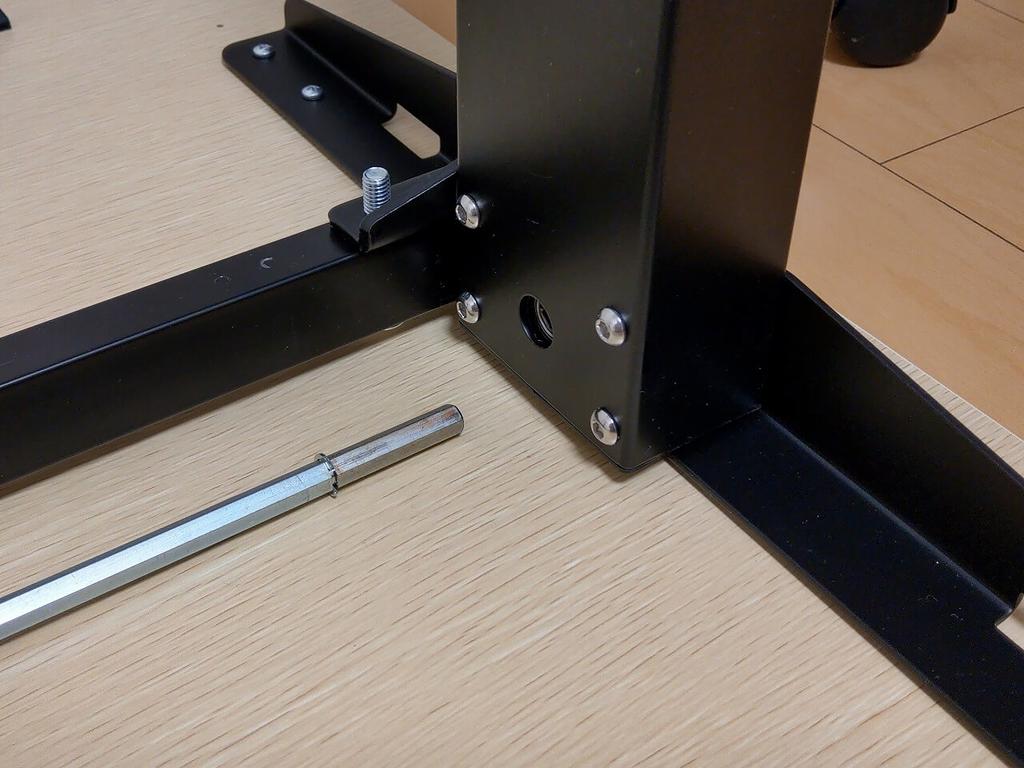 FlexiSpot 電動式昇降デスク E1Eを横幅140cmの天板のネジ穴を利用して固定した結果、届かないプロペラシャフト