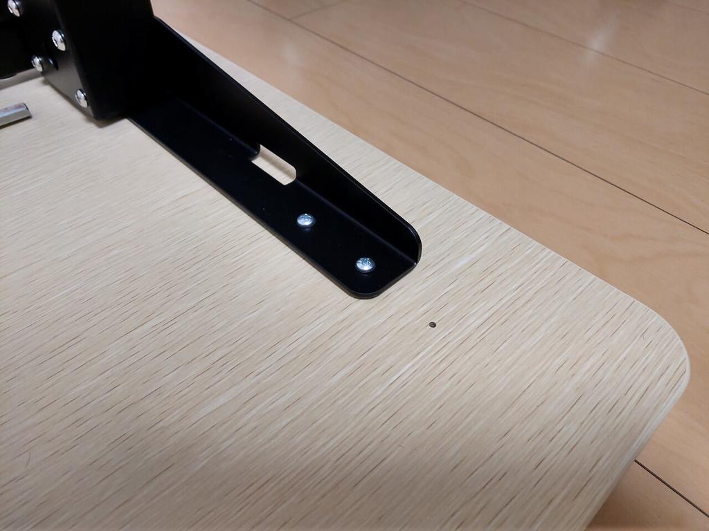FlexiSpot 電動式昇降デスク E1Eを横幅140cmの天板のネジ穴を利用して固定