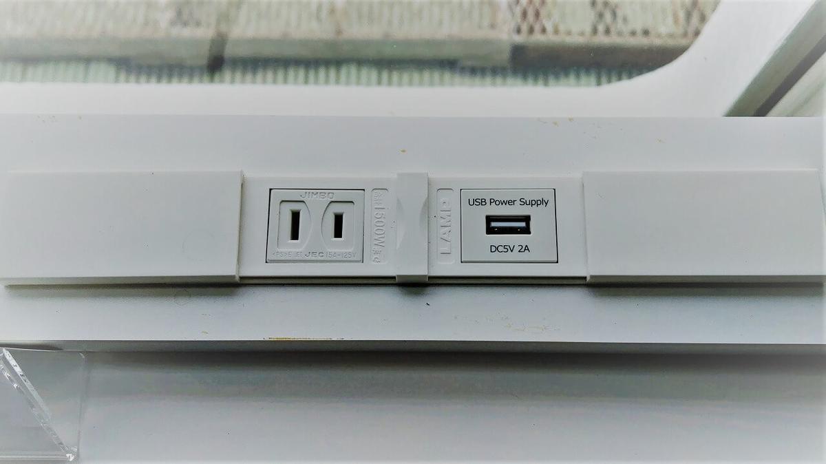 コワーキングスペース窓際のコンセント・充電用USB端子