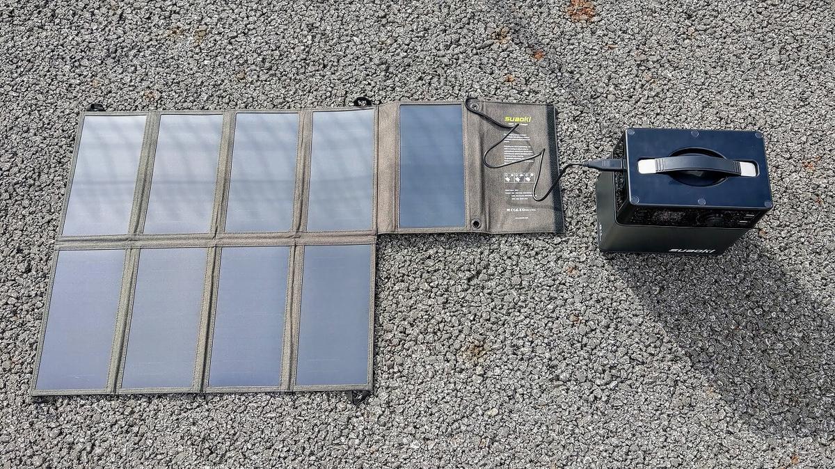 suaoki PS5B 120000mAh ポータブル電源とソーラーチャージャーを広げた(上から)