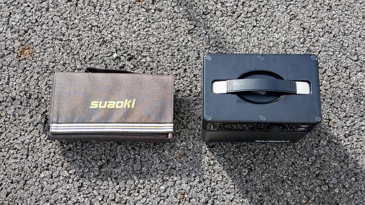 suaoki PS5B 120000mAh ポータブル電源とソーラーチャージャー(上から)
