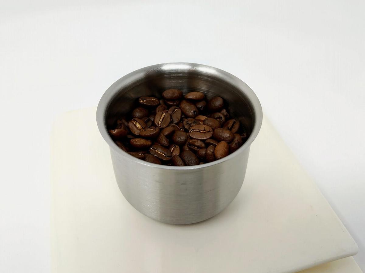 コーヒー豆をWiswell Water Dripperのカップに入れる